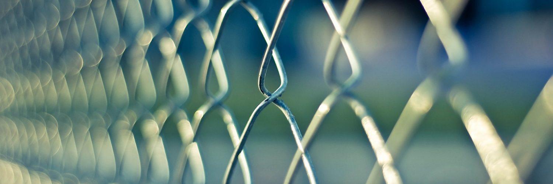 Kako postaviti i zategnuti ogradu od zicane mreze Postavljanje ograde