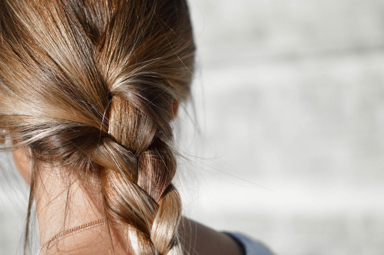 frizure-i-trikovi-kako-jednostavno-isplesti-pletenicu-s-tri-pramena-kako-hr